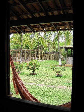 Pousada Praia das Ondas: vue sur le jardin depuis l'intérieur du bungalow
