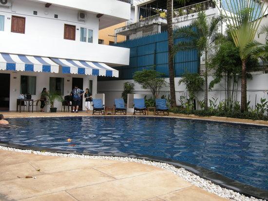 Billabong Hotel & Hostel: Billabong pool