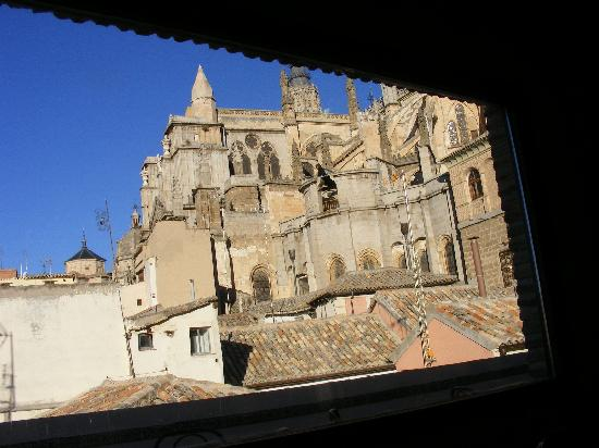 La Posada de Manolo : An incredible view of the side of Toledo Cathedral from the third-floor breakfast room
