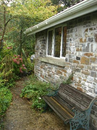 Cwmbach Cottages Guest House: Sitting area at the side of the lodge
