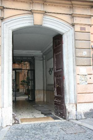 Coliseum Rooms : L'entrée de l'immeuble