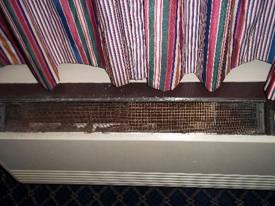 Super 8 Tucson/I-10: Terrible condition of air conditioner, filthy looking and makes you cough if you turn it on