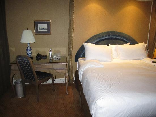 Wedgewood Hotel & Spa: The comfy king sized bed