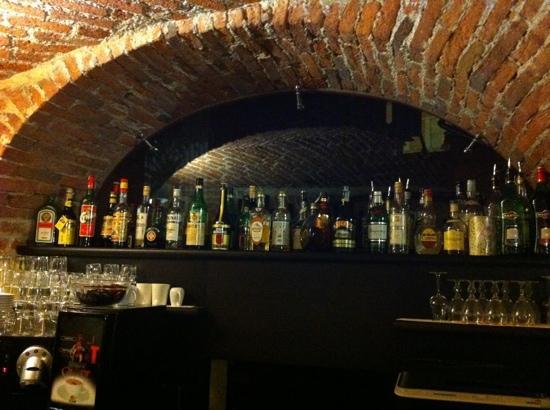 Alle Volte Bistro: l'angolo bar nella penombra della sera