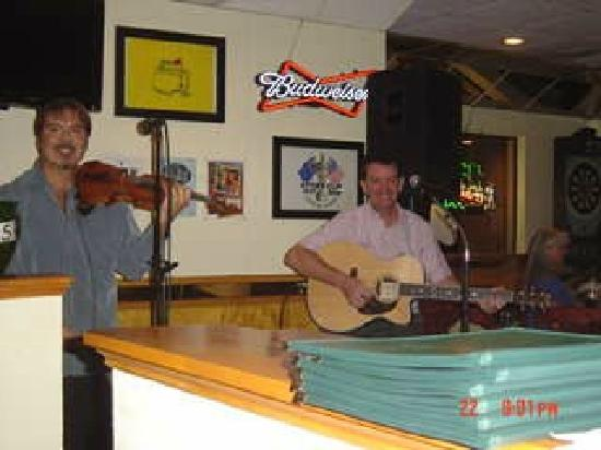 O'Donoghue's Bar and Grill : two great authentic Irish Musicians