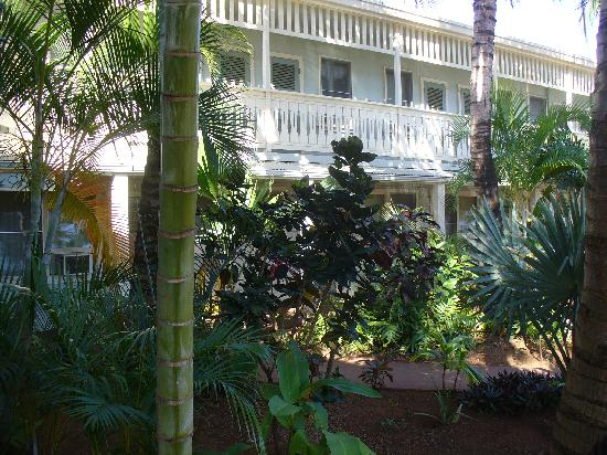 Kauai Palms Hotel: walkway to ice machine & laundry
