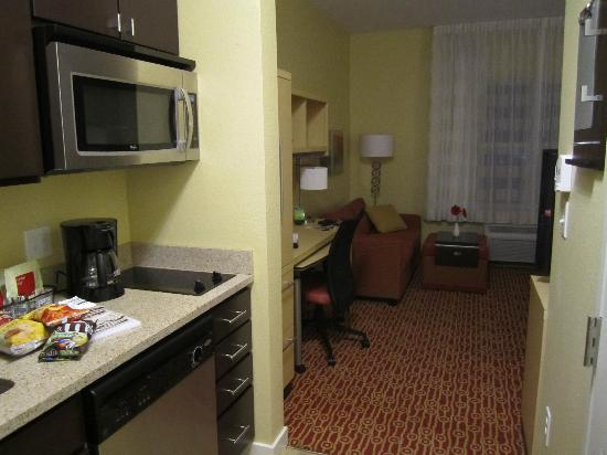 TownePlace Suites Laconia Gilford: Kitchen area, King studio room