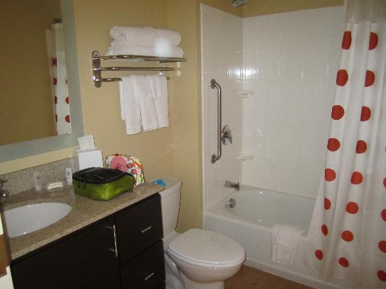 TownePlace Suites Laconia Gilford: Bathroom, king studio room