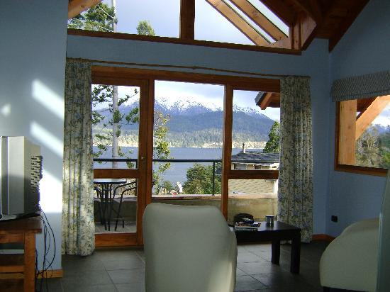 Casa del Bosque Aparts & Suites: vista al lago y la cordillera