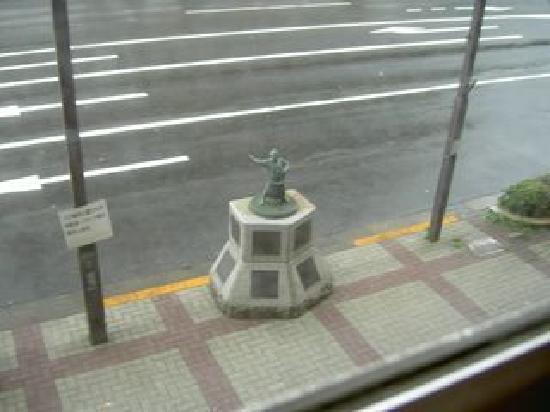 Ryogoku River Hotel: ホテルの前にある力士の像