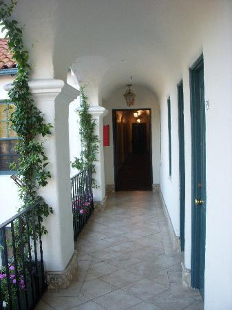 Montecito Inn: Hallway