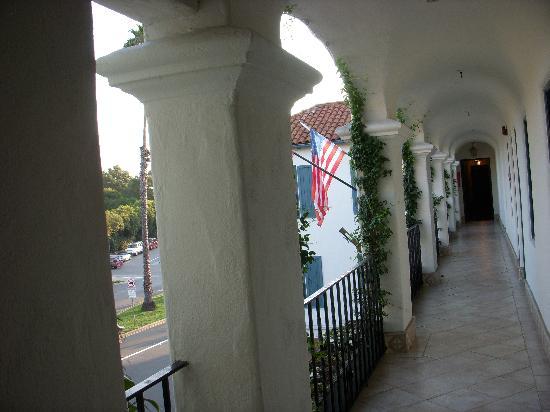 Montecito Inn: Breezeway