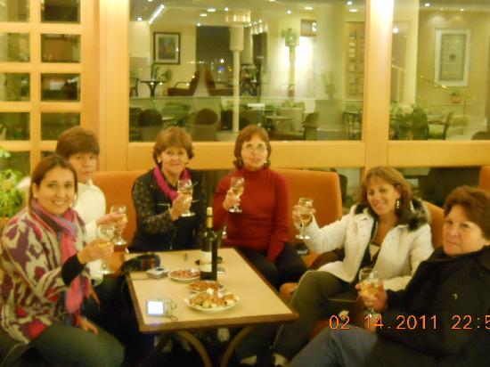 Ambassador Hotel: Disfrutando de un rico vino del Hotel.