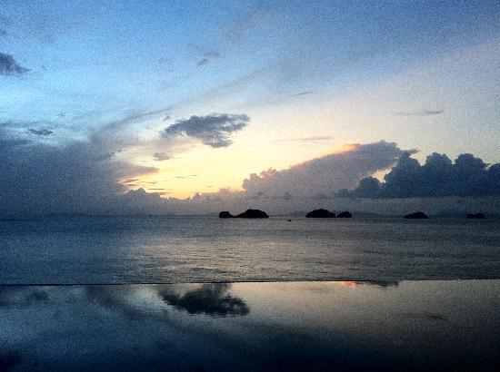 Conrad Koh Samui : Sunset over our pool