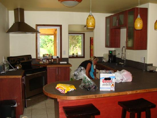 North Coast Cottages: Kitchen in one of the cabins