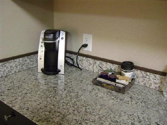 Acclaim Hotel Calgary Airport: Coffee Station in Room