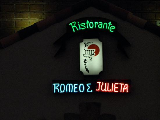 Romeo y Julieta: If you see this sign you've found the real entrance, lol