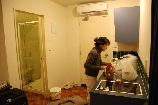 298 Westside Motor Lodge: Full kitchen to prepare our dinner