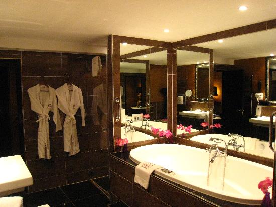 The Toren: The bathroom was outstanding!
