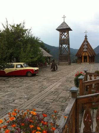 Mokra Gora, Serbia: Hotel Mecavnik - main square with church