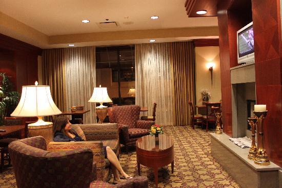 เรสซิเดนซ์อินน์ เมมฟิส ดาวน์ทาวน์: Dining hall and couches
