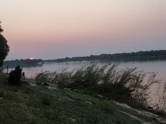 Protea Hotel Zambezi River Lodge: Hochufer des Zambezi