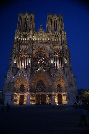 Cottage Hotel Reims: Reims Cathedral at dusk