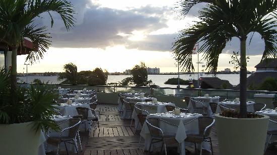 Panama Jack Resorts Cancun: Sunset at the Sunset Grill