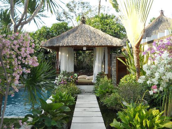 Villa Seriska Bali: Beautifully maintained gardens