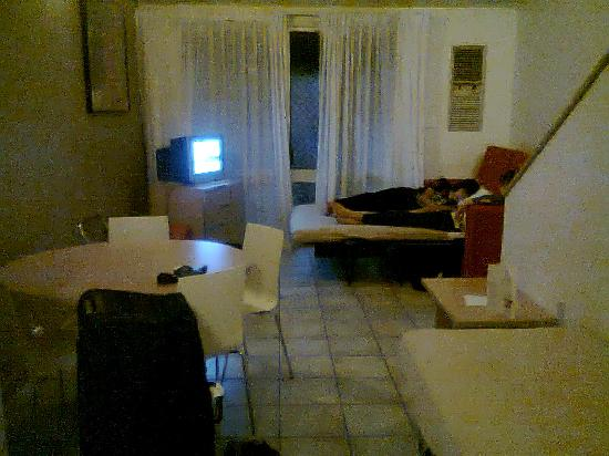 Travelodge Mirambeena Resort Darwin : Downstairs single&dble beds..also kitchenette behind ..