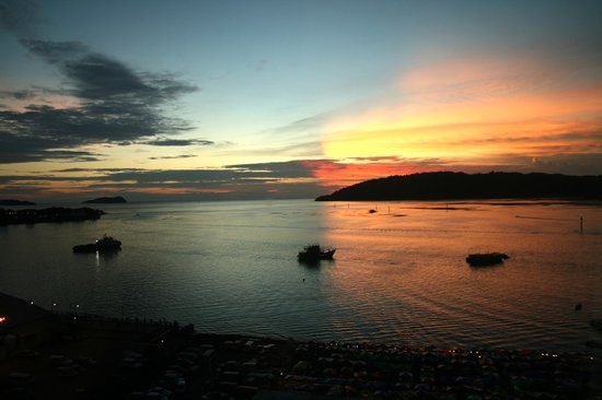 Le Meridien Kota Kinabalu: Sunset view from our room at Le Meriden K-K