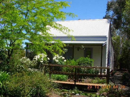 Elinike Guest Cottages: Lilac Cottage - outside with pond