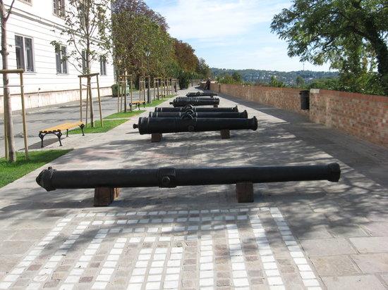 Museum of Military History (Hadtorteneti Muzeum) : 博物館前
