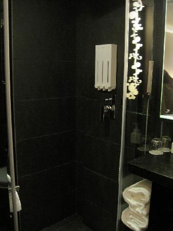 Swiio Hotel: Bathroom