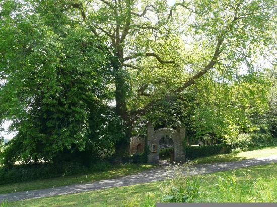 Lawrenny Millennium Hostel: Entrance to Lawrenny church