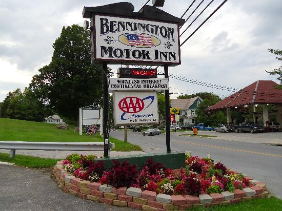 Bennington Motor Inn: Hotel sign
