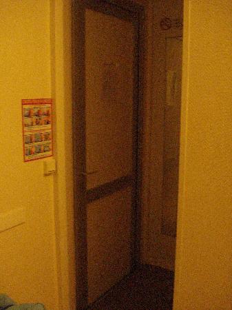 Hostellerie De La Source: room door