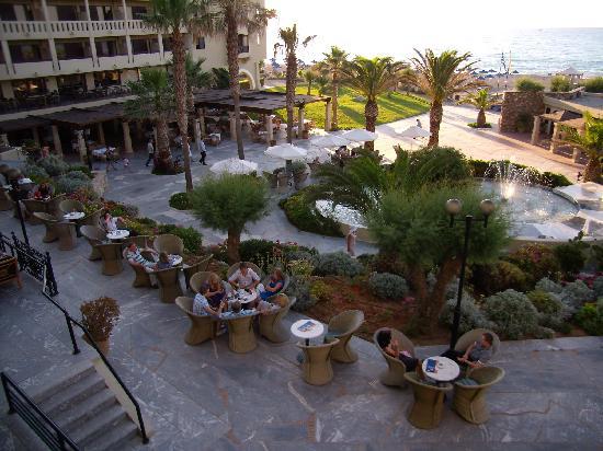 Aquila Rithymna Beach Hotel: vue de notre chambre sur la mer et le jardin