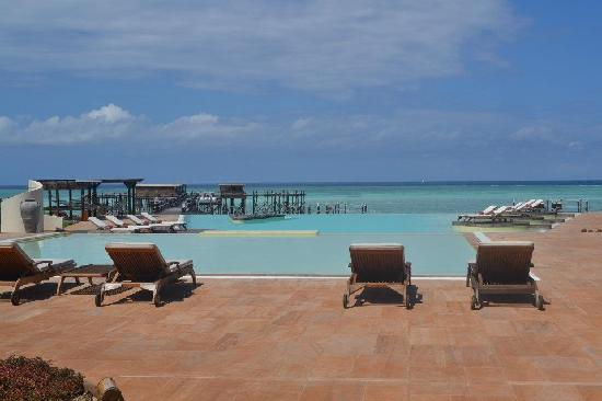 Essque Zalu Zanzibar: Swimming pool and indian ocean