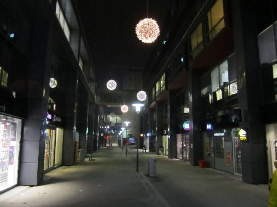 Thon Hotel Ullevaal Stadion: The shopping mall at the stadium - night