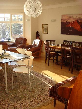 Borgarnes Bed & Breakfast: Sun soaked living room