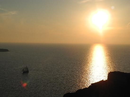Art Maisons Luxury Santorini Hotels Aspaki & Oia Castle: View of sunset from private veranda of Olympic Deluxe Villa