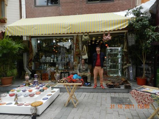 Asitane Hotel: negozio di ceramica dove acquistare benissimo. si trova sul viale della mosche blu