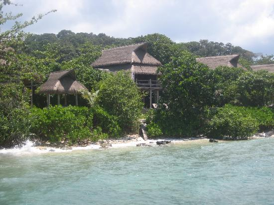 Nikoi Island: Picture of Room 8 taken from the jetty. If you walk further down the jetty, you can look into Ro