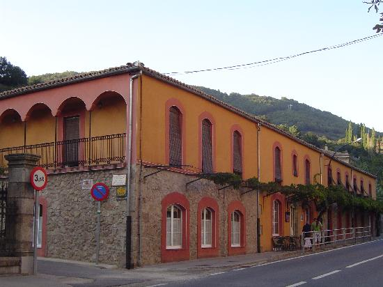 Banos de Montemayor, İspanya: Front view of the hotel
