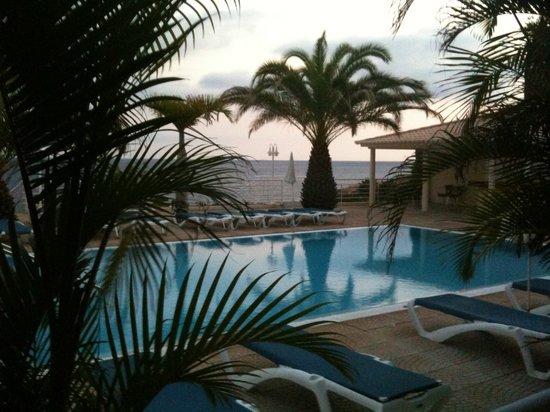 Hotel Cais da Oliveira: pool at dusk