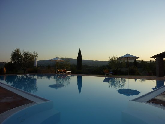 Tenuta Mormoraia: pool with jacuzzi corner