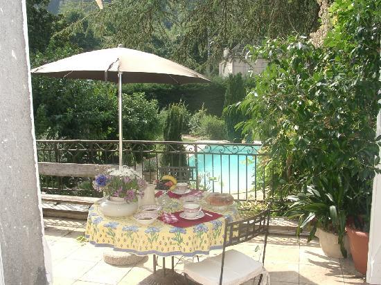 Chambres d'hotes Les Pratges: petit déjeuner sur la terrasse