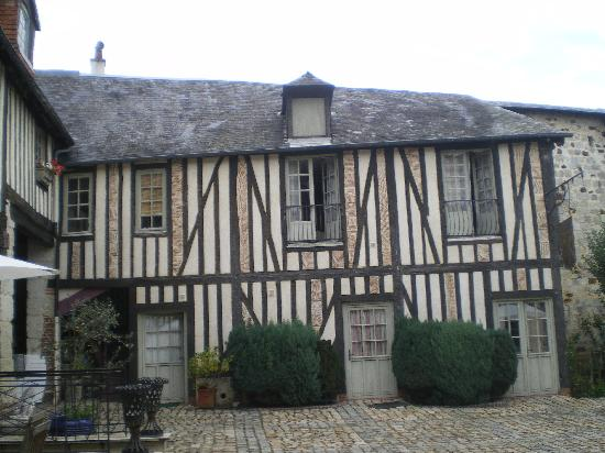 Manoir de l'engagiste : The Courtyard