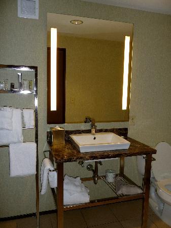مونرايز هوتل: Trendy bathroom
